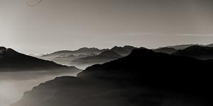 Paesaggio montagne nebbia
