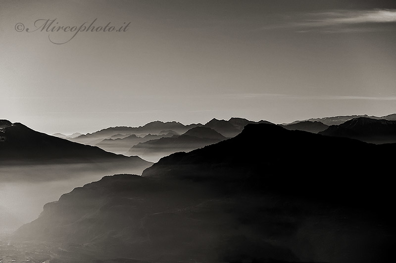 Paesaggio montagne nebbia di mirco dalpr for Disegni bianco e nero paesaggi